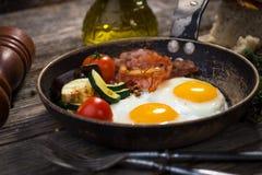 Bacon, uova e verdure immagini stock