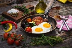 Bacon, uova e verdure fotografie stock libere da diritti
