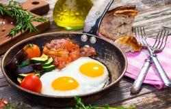 Bacon, uova e verdure immagini stock libere da diritti