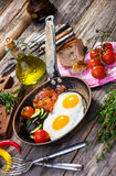 Bacon, uova e verdure fotografie stock