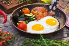 Bacon, uova e verdure fotografia stock libera da diritti