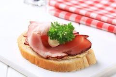 bacon vänd mot öppen smörgås Royaltyfria Bilder