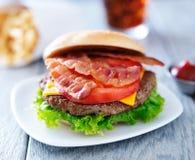 Baconchesseburger Arkivbild