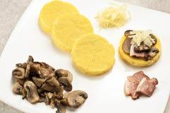baconcornmeal plocka svamp polentaen Fotografering för Bildbyråer