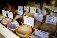Bacong, Филиппины - 26-ое июня 2016: Много разнообразий риса на местном рынке Стоковые Фотографии RF