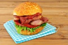 Bacongrönsallat och tomatsmörgåsrulle Arkivfoto