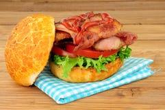 Bacongrönsallat och tomatsmörgåsrulle Royaltyfria Foton