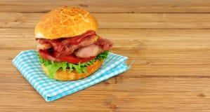 Bacongrönsallat och tomatsmörgåsrulle Arkivfoton