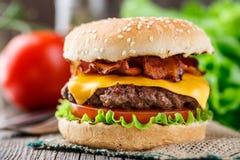 Baconhamburger met rundvleeskotelet Royalty-vrije Stock Afbeelding
