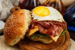 Baconhamburger met rundvleespasteitje en eierdooier Royalty-vrije Stock Fotografie