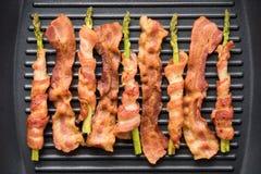 Baconplak en asperge in bacon wordt die in fryin worden gekookt verpakt die Royalty-vrije Stock Foto