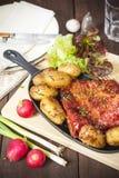 Baconstöd och potatisar Lantbrukarhemstilmål Royaltyfria Bilder