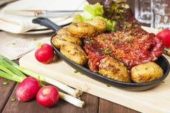 Baconstöd och potatisar Lantbrukarhemstilmål Royaltyfri Fotografi