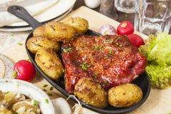 Baconstöd och potatisar Lantbrukarhemstilmål Arkivbild