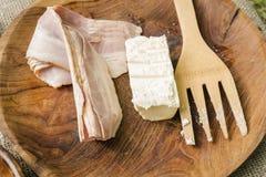 Baconstroken en boter in houten kom met het koken van werktuigen Royalty-vrije Stock Fotografie
