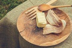 Baconstroken en boter in houten kom met het koken van werktuigen Stock Foto