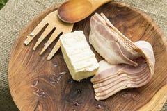 Baconstroken en boter in houten kom met het koken van werktuigen Royalty-vrije Stock Afbeelding