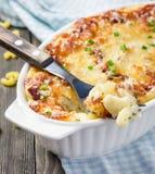 Baconvänners mac och ost i bakningmaträtt royaltyfri fotografi