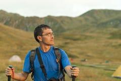 Bacpacker en las montañas Foto de archivo libre de regalías