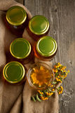 Bacs avec du miel et des baies Photographie stock