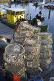 Bacs de langoustine et bateau de pêche photo libre de droits