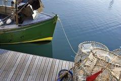 Bacs de langoustine et bateau de pêche photos libres de droits
