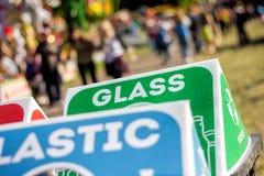 Bacs de recyclage à l'événement public de festival Photos libres de droits