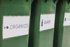 Bacs de recyclage d'avidité photographie stock