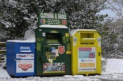 Bacs de recyclage dans la nouvelle forêt Image stock