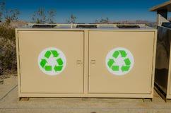 Bacs de recyclage dans le désert Photo stock