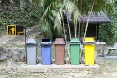 Bacs de recyclage de récipient d'écologie en parc photographie stock libre de droits