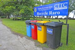 Bacs de recyclage en cuisinier Islands d'Avarua Image libre de droits