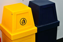 Bacs de recyclage ou poubelle colorés Photographie stock
