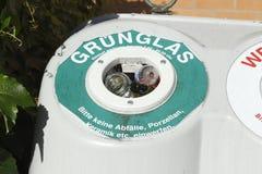 Bacs de recyclage pour des glas Images libres de droits