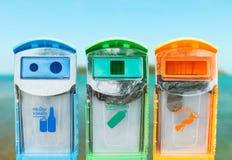 Bacs de recyclage sur un concept brouillé d'écologie de fond Images stock