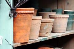 Bacs de terre cuite sur l'étagère Image stock