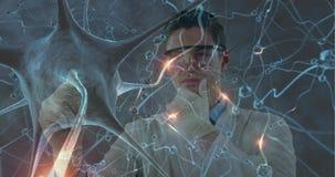 Bacterias célula y doctor que tocan la pantalla invisible 4k almacen de metraje de vídeo