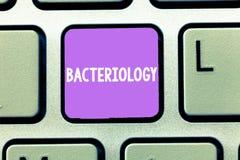Bacteriología del texto de la escritura de la palabra Concepto del negocio para la rama de la microbiología que se ocupa de las b ilustración del vector