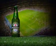 BACU, AZERBAIGIAN - 21 GIUGNO 2018: Heineken Lager Beer in bottiglia con il funzionario Russia palla di calcio di 2018 coppe del  fotografia stock libera da diritti