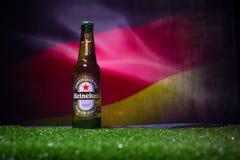 BACU, AZERBAIGIAN - 21 GIUGNO 2018: Heineken Lager Beer in bottiglia con il funzionario Russia palla di calcio di 2018 coppe del  immagini stock