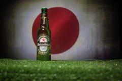 BACU, AZERBAIGIAN - 21 GIUGNO 2018: Heineken Lager Beer in bottiglia con il funzionario Russia palla di calcio di 2018 coppe del  immagine stock
