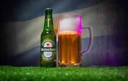 BACU, AZERBAIGIAN - 21 GIUGNO 2018: Heineken Lager Beer in bottiglia con il funzionario Russia palla di calcio di 2018 coppe del  fotografie stock