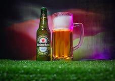 BACU, AZERBAIGIAN - 21 GIUGNO 2018: Heineken Lager Beer in bottiglia con il funzionario Russia palla di calcio di 2018 coppe del  immagine stock libera da diritti
