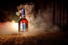 BACU, AZERBAIGIAN - 25 MARZO 2018: Mescolato dai whiskey maturati per almeno 18 anni, la firma dell'oro di Chivas Regal 18 è una  Immagine Stock Libera da Diritti