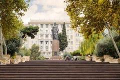 BACU, AZERBAIGIAN - 17 OTTOBRE 2014: Monumento di Nizami a Bacu, Azerbaigian Nizami Ganjevi Fotografia Stock