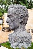 BACU, AZERBAIGIAN - 17 OTTOBRE 2014: Monumento di Vahid Aliaga come testa con i caratteri dei suoi degli impianti capelli invece  Fotografie Stock Libere da Diritti