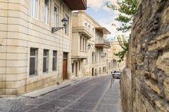 BACU, AZERBAIGIAN - 17 OTTOBRE 2014: Stradina stretta in vecchia città a Bacu, Azerbaigian Centro urbano (Azero: sehir di iceri) immagini stock libere da diritti