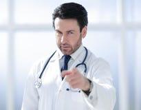 Baczna lekarka wskazuje palec przy tobą zdjęcia stock