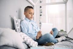Baczna mądra chłopiec dostaje nową wiedzę Obrazy Royalty Free