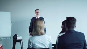 Baczna młoda widownia w biznesowym spotkaniu zdjęcie wideo